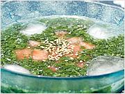 <材料>2人分 モロヘイヤ 1/2袋  トマト 1個  塩・胡椒 少々醤油 小さじ1 A【液体カツオだし 小さじ1 水2と1/2カップ】 <作り方>(1) Aをあわせ、塩、胡椒、醤油を加え、冷蔵庫で冷やす。(2) モロヘイヤは葉をちぎり、色よく茹で、冷水にとって軽く絞ってから軽く叩く。トマトは湯剥きし、種をとって5mm角に切る。器にモロヘイヤ、トマトを入れ、(1)を注ぐ。