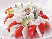 <材料>2人分 完熟トマト 2個  アボカド1個  モッツァレラチーズ 1個 玉葱 1/4個  ホタテ貝柱(生食用) 8個  酒 少々 A【マヨネーズ 大さじ4 塩・胡椒 少々 レモン汁 少々】 <作り方>(1) トマトはくし型に切り、モッツァレラチーズは、 5mm厚さの半月に切る。玉葱はみじん切りにする。(2)ホタテは半分にそぎ切りにし、酒少々を入れてサッと茹でて冷ます。(3)アボカドは果肉を一口大に切り、(2)と合わせ、Aを加えて軽く混ぜる。(4)器にトマトとモッツァレラチーズを並べて、(3)をかけ、玉葱を散らす。