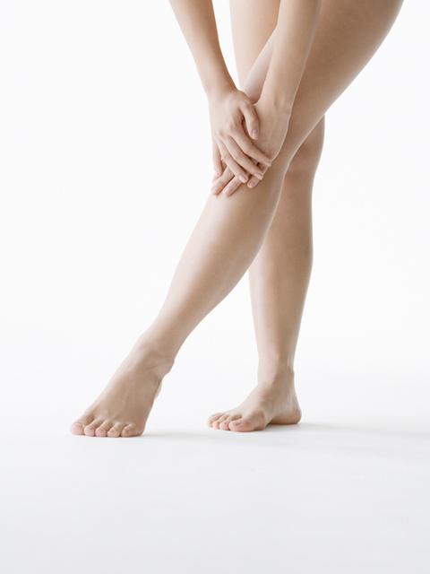 このような症状があるようでしたら「むずむず脚症候群」という病気かもしれません。この「むずむず脚症候群」はごく身近にある病気の一つで、女性に多い傾向にあり、年齢と共に多くなり、日本では人口の2%~5%の潜在患者がいるといわれており、治療が必要な人は約200万人にのぼるというデータもあります。この「むずむず脚症候群」は別名レストレスレッグス症候群(RLS)とも言われ、次の4つの臨床症状で診断されます。①むずむずする違和感で脚を動かしたいという強い欲求がある。②脚の不快感や動かしたいという欲求が安定時に始まる、又は憎悪する。③脚を動かすことにより、症状又は欲求が改善する。④脚を動かしたいという衝動は、夕方(あるいは夜)に増悪する。