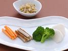 薬味とちりめんじゃこを混ぜ込んだじゃこ味噌は、野菜の甘さが引き立つ和風ディップといったところ。野菜は新鮮なものを彩り良く盛り合わせます。余分なナトリウムを体の外に出してくれる、カリウムや食物繊維の補給のためにも、野菜はしっかり召し上がってください。詳細はコチラへ