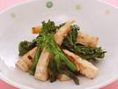 はしりのたけのこと旬の菜の花を、ごま油で香ばしく炒め、梅肉やにんにく等を混ぜた変わり味噌を添えます。味噌をつけながら食べることで、少しの量で塩気をしっかり感じられます。詳細はコチラへ