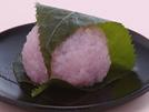 桜餅の生地は道明寺粉を蒸して作るのが関西風。その関西風の生地も電子レンジを使えば超簡単です。食物繊維やビタミンB1、サポニンなど、大人の体をいたわる栄養成分が含まれている小豆あんを、手軽にできる桜色の生地で包んで、春らしいおやつを手作りしてみてはいかがでしょう?詳細はコチラへ