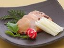 鶏むね肉は、ともするとパサつきがちですが、味噌漬けにすると、味噌の旨味が肉に移り、ふっくら焼きあがります。米麹で作る白味噌は、味も香りもまろやかで甘味があり、他の味噌に比べて塩分が低め。辛くなりすぎないので、肉や魚の味噌漬けによく使われます。詳細はコチラへ