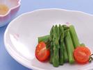 はしりのグリーンアスパラガスとミニトマトを盛り合わせ、白味噌ベースのからし酢味噌をつけながらいただきます。クリーミーで甘めの酢味噌が、野菜の持ち味を引き立て、シンプルで上品な一品に。詳細はコチラへ