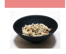 おからは豆乳を絞った残りですが、食物繊維やカルシウムをたっぷり含んでおり、たんぱく質、炭水化物、カリウムも含んでいます。材料(2人分) 梅干:大1個 おから:150g しょうゆ:大さじ ニンジン:1cm 1/2 ネギ:15cm みりん:大さじ1 ゴボウ:5cm ゴマ油:小さじ1 油揚げ:1/2枚 水:1カップ作り方 ① ニンジンは小さめの細切り、ネギとゴボウは輪切りにする。油揚げは湯抜きして縦半分に切ってから細切りにする。梅干は種を外してたたいておく。 ② 厚手の鍋にゴマ油を熱し、ニンジン、ネギ、ゴボウを炒め、おからと油揚げも加えてさっと炒める。 ③ 水を加えて5分ほど煮たら梅干と調味料も加え、水分が飛ぶまで炒め煮にする。                  (1人当たり 140kcal) もっとレシピを知りたい方は→http://www.genkitokirei.com/