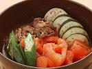 トマトの旨味をオリーブ油とにんにくの香りが引き立てて、夏野菜を堪能できる変わりすき焼き。牛肉は脂身なしのもも肉を使い、カロリーダウンします。1人235kcalです。詳細はコチラへ