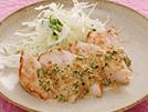 マヨネーズとすりごまのコクのある組み合わせに、青ネギ、醤油、レモン汁、七味唐辛子を加えて、さっぱり味に仕上げます。いろいろな材料を混ぜ合わせることでマヨネーズの使用量を少なくでき、カロリーも控えめに。ささみの他、豚や鮭、エビ、野菜などとも相性のいいソースです。詳細はコチラへ