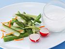 カッテージチーズに、ヨーグルト、油、酢、塩を合わせたソースは、クリーミーで後口はさっぱり。程良い酸味が野菜の甘味を引き立てます。カロリーは1人分わずか55kcal。旬の生野菜や温野菜を彩り良く盛り合わせ、カッテージソースを添えれば、クリスマスなどのパーティーメニューにも喜ばれます。詳細はコチラへ
