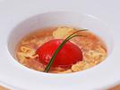 トマトが丸ごと1個入った、簡単でおいしいスープです。トマトはうまみ成分のグルタミン酸を多く含むので、加熱するとおいしさが増し、ヨーロッパには「トマトのあるところ料理のヘタな人はいない」ということわざがあるほど。生のトマトが苦手でも、加熱すると食べられるという方も多いようです。露地物のおいしいトマトが出回る今、サラダだけでなく、煮たり炒めたりしてたくさん召し上がってください。詳細はコチラへ