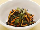 ダイエットの強い味方、低脂肪高タンパク質のささ身を使った、カンタン和え物です。韓国のりや削り節、昆布だしを利用して、塩分を抑えてもおいしく感じられる味に仕上げています。野菜たっぷりで満腹感も得られ、わずか36kcalです。詳細はコチラへ