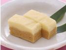 じゃが芋と上新粉を使い、油脂類を入れずに作る低カロリーの蒸しパン。上砂糖と黒砂糖で色分けをします。お腹にもたれず、しっとり優しい口当たりです。さつま芋とホットケーキミックスで作る、さつま芋蒸しパン(レシピ番号9568)もお試しください。詳細はコチラへ