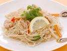 ビーフンの代わりにしらたきを使い、カラフルな野菜と鶏ささ身を加えたヘルシーなレシピ。スパイスやナンプラーで調味し、香菜とレモンを添えた本格派の味です。こんにゃくに豊富に含まれる食物繊維は、ダイエットはもちろん、血糖値やコレステロール値の改善や、腸の働きを活発にしてお通じを良くする効果も期待できます。詳細はコチラへ