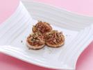 オリーブ油で焼いた長芋に、にんにくと赤唐辛子の香りを移した油で炒めたベーコンときのこをのせます。長芋の歯触りとあっさり味がトッピングとマッチして、おつまみにもぴったり。詳細はコチラへ