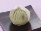 粘りの強いいちょう芋を電子レンジ加熱してつぶし、砂糖、みりん、塩を加えて鍋で練り上げます。抹茶を使って白と薄緑に色分けした上品な仕上がりです。いちょう芋はヤマトイモとも言い、ヤマトイモには手のひらやバチ形、棒状などがありますが、味や成分には、ほとんど変わりはありません。詳細はコチラへ