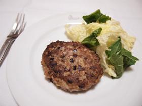 材料(2人分)合いびき肉300g雑穀大さじ3玉ねぎ1/4個サラダ油小さじ1卵1個塩・コショウ・ナツメグ少々