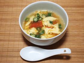 材料(2人分)トマト1/2個オクラ4個卵1 個水1.5カップ鶏ガラスープの素小さじ1塩・コショウ少々ごま油少々