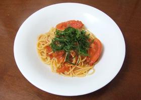トマトに含まれるリコピンは脂溶性のため、油と一緒に食べると吸収が良くなります。にんにくとトウガラシのうま味で、野菜だけでも美味しいスパゲティです。