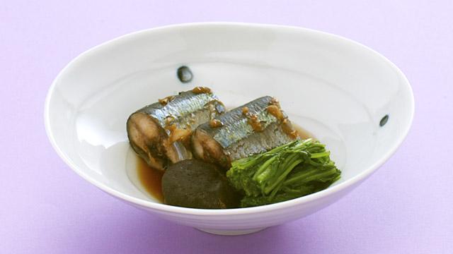 材料(2人分)さんま1尾生姜(薄切り)適宜青菜60g生椎茸2枚梅干(中)1個A水1カップA砂糖大4A醤油大4A酒大4