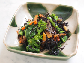 ○エネルギー:約180kcal ○鉄分2.9mgひじきは水溶性食物繊維や鉄分、カルシウムなどのミネラルを豊富に含んでいます。カルシウムの吸収にはタンパク質、鉄分の吸収にはタンパク質とビタミンCが欠かせません。大豆と菜の花を加えることで鉄分とカルシウムを効率よく摂れます。