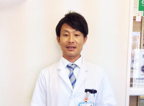 総合病院薬剤部勤務(前職)→東海道薬局へ(2016年2月入社)前職は、総合病院薬剤部勤務でした。救急対応のある所でしたので普段の当直に加えて救急受け入れの日は救急当直もありました。また、病院として入院患者さんのところに出向く顔の見える薬剤師を目指していたこともあり、各階の病棟毎にサテライト薬局として患者さんのお薬の配薬やナースステーションでのカンファレンスに定期的に参加するなど病院薬剤師としては、患者さんとの距離の近い職場でした。病院では各薬剤師が担当の病棟を受け持つシステムで、私は一年ほど緩和ケア病棟を担当することになりました。そこでは、常に死と向き合うことをどう捉えるかや、患者さんのQOLやADLをいかに向上させるかよい勉強をさせていただきました。そこで、患者さんとの距離が近いことは大変ではあるが自分の求めている働き方であると再認識させられたのです。