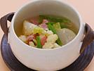 今が旬のかぶとカリフラワーをやわらかく煮て、プレーンヨーグルトと低脂肪牛乳を加えます。ヨーグルトの酸味と野菜の甘味がマッチしたスープ仕立ての煮物は、からだをポカポカ温めてくれます。彩りのさやいんげんを、かぶの葉をゆでたものに変えると、カロリーはそのままでカルシウムの量がアップします。詳細はコチラへ